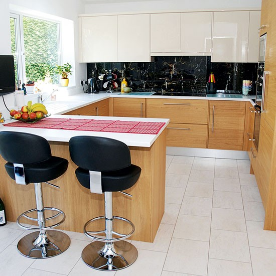 Compact oak kitchen with breakfast bar small kitchen U shaped kitchen ideas uk