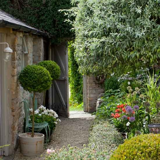 Small garden ideas uk photograph small gardens photo - Small garden space ideas property ...