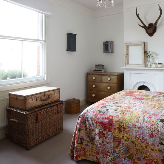 Vintage white country bedroom for Vintage bedroom decorating ideas