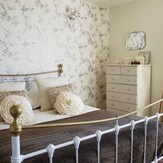Pale cream country bedroom for Bedroom ideas cream