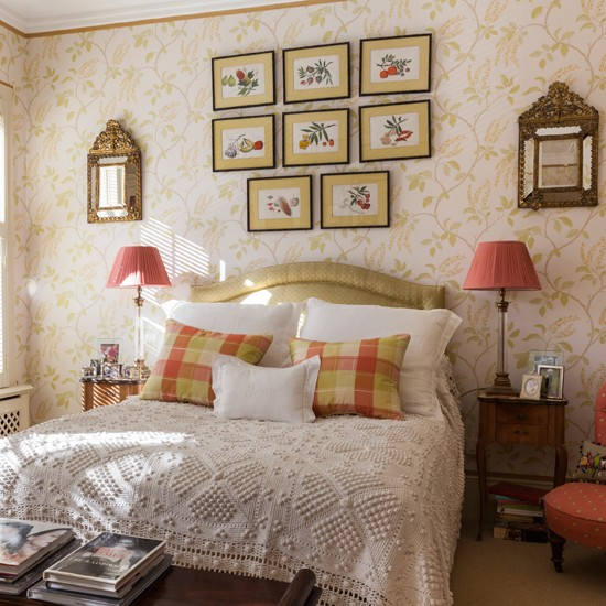 Gold bedroom with printed wallpaper bedroom decorating for Cream and gold bedroom designs
