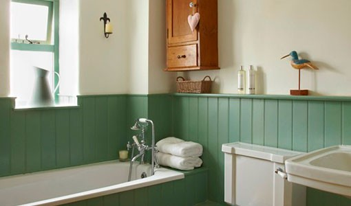 Country bathroom with tongue-and-groove panelling