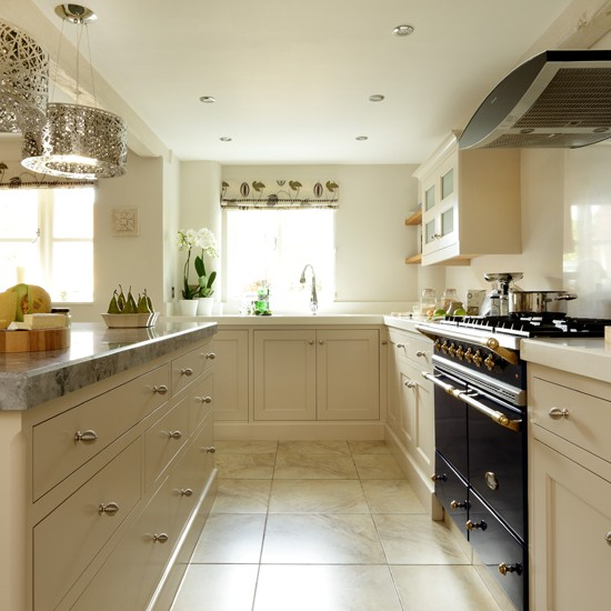 Cream Kitchen Black Worktops: Cream Shaker Kitchen With Quartz Work Surface