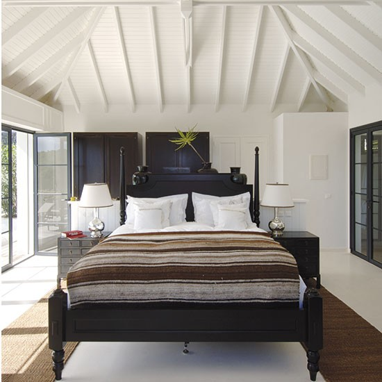 Bold colonial bedroom in contrast shades white bedroom for Bold bedroom ideas