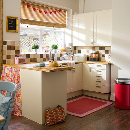 Cream Country Kitchen With Red Accessories Kitchen Decorating