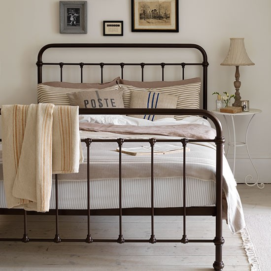 antique look iron bed 2