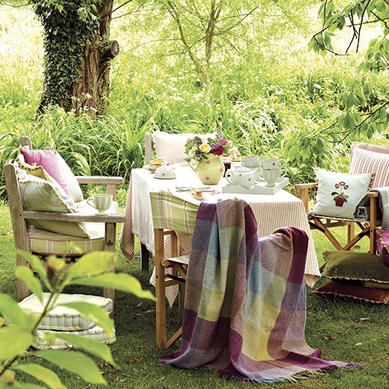 Garden table and chairs country garden design ideas for Country garden design ideas