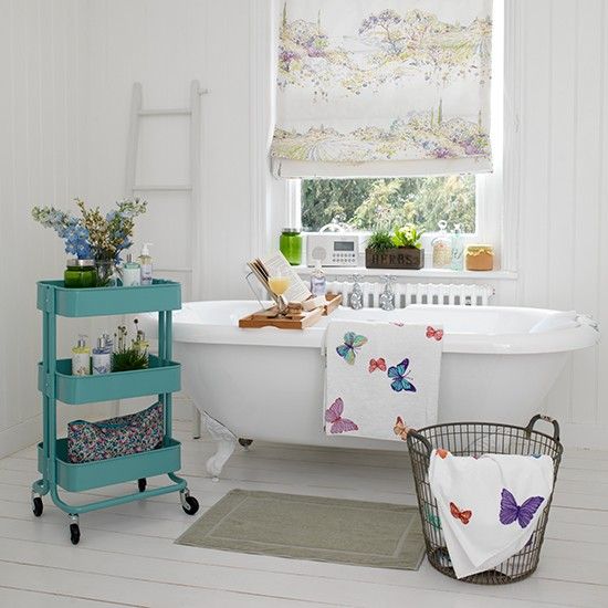 Vintage white bathroom with rolltop bath and blue storage unit  Vintage bat -> Pia Banheiro Vintage