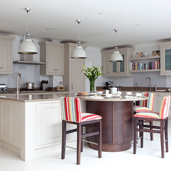 Dark Grey Shaker Kitchen: Pale Grey Kitchen With Shaker Cabinets And Curved Island