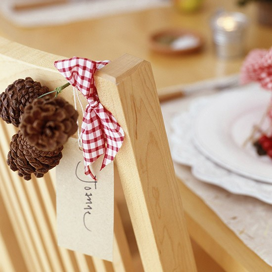 Hand made dining chair name tags budget christmas table - Decoration avec des pommes de pin ...