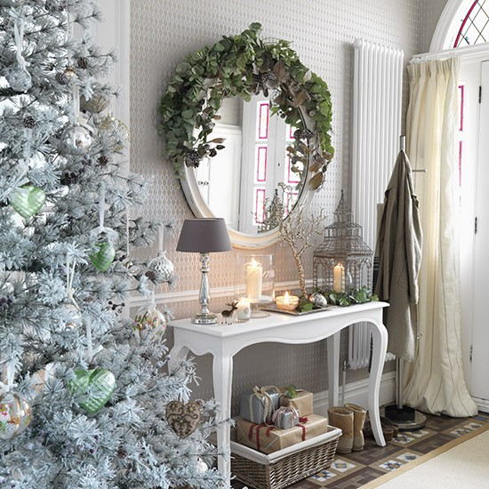 Elegant And Neutral Christmas Foyer: White Hallway With Metallic Decorations