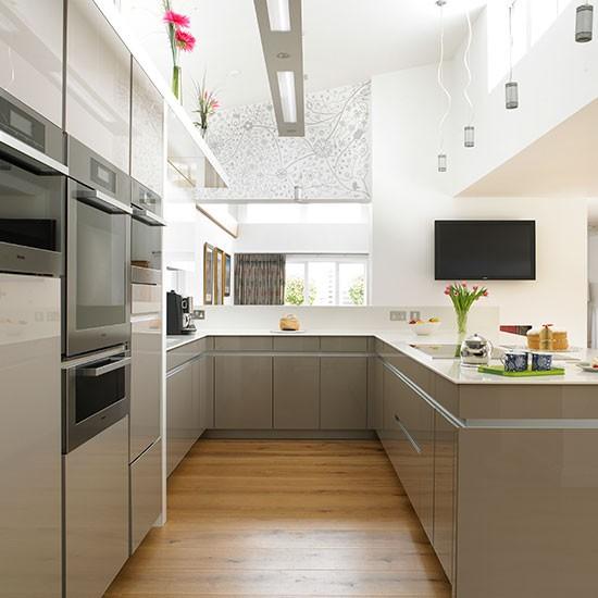 White Gloss Kitchen Flooring: Neutral Hi-gloss Kitchen With Oak Floor
