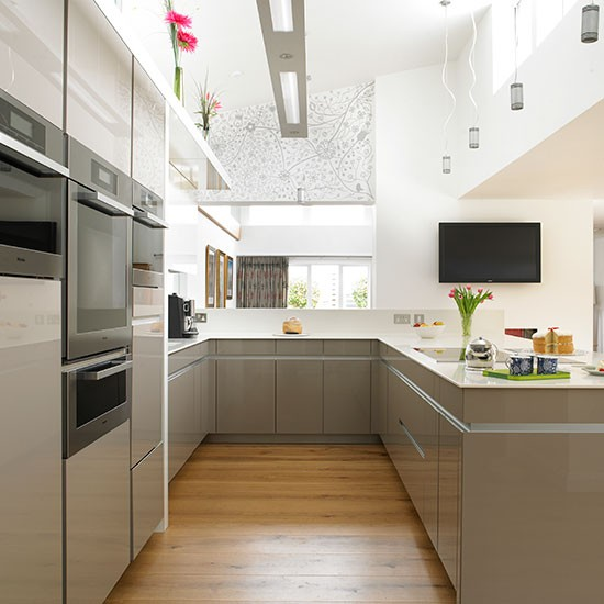 Neutral hi-gloss kitchen with oak floor | Kitchen ...