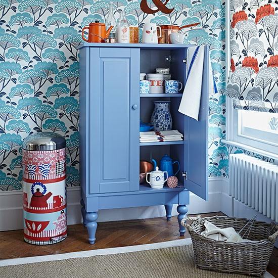 Blue kitchen with retro wallpaper | Kitchen decorating | Country Homes ...