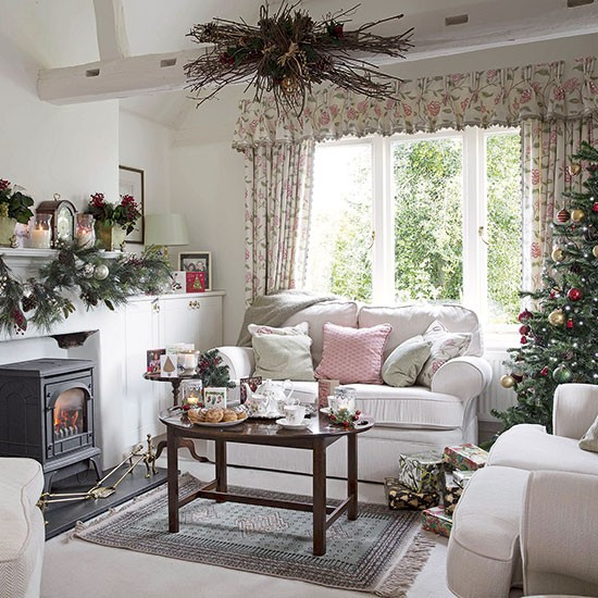 Country floral living room dressed for christmas for Beautiful traditional living rooms