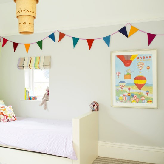 Plain child 39 s bedroom with eyecatching accessories for Childrens bedroom ideas uk