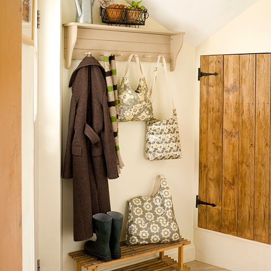 Country hallway with peg rail shelf decorating for Country hallway ideas