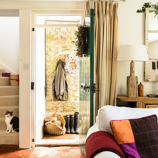 Open plan cottage living room decorating for Open plan hallway and living room