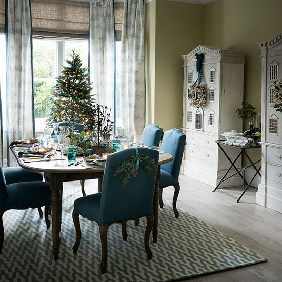 Teal and green christmas dining room decorating for Teal dining room decorating ideas