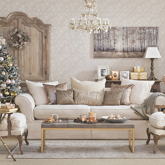Gold christmas living room decorating for Living room ideas gold