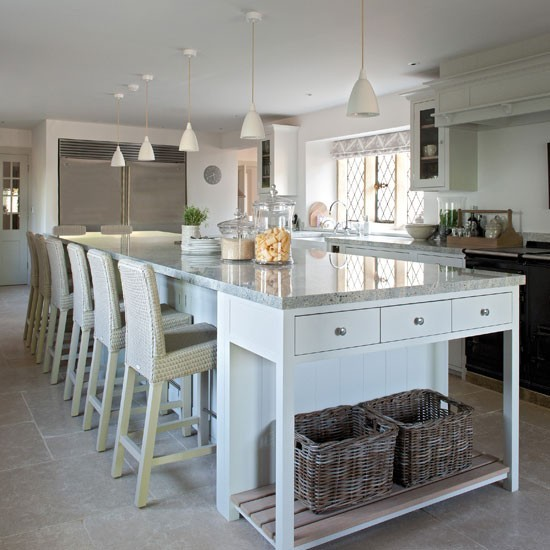 Family kitchen with long island family kitchen design for Kitchen design ideas uk