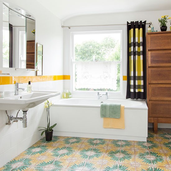 White retro bathroom decorating for Yellow bathroom accents