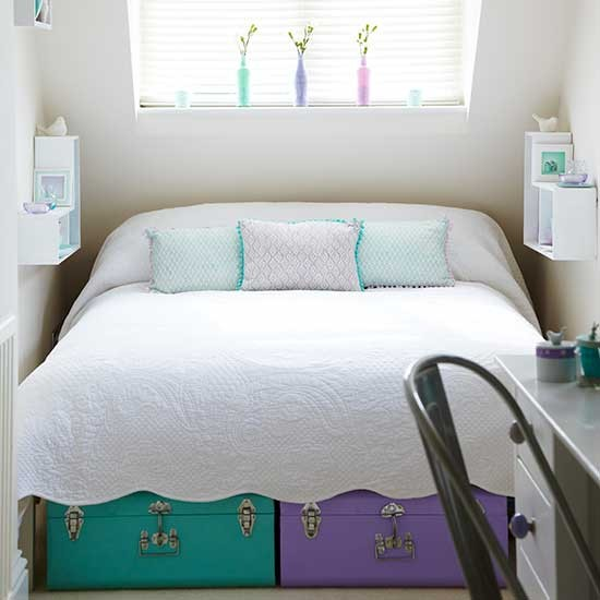 White bedroom with brightly coloured storage trunks - Decoracion dormitorio matrimonial ...