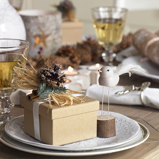 Christmas table with present place settings country Christmas place setting ideas