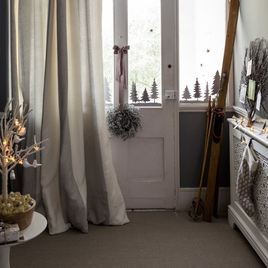 Ski chalet chic christmas hallway ideas for Ski decorations for home