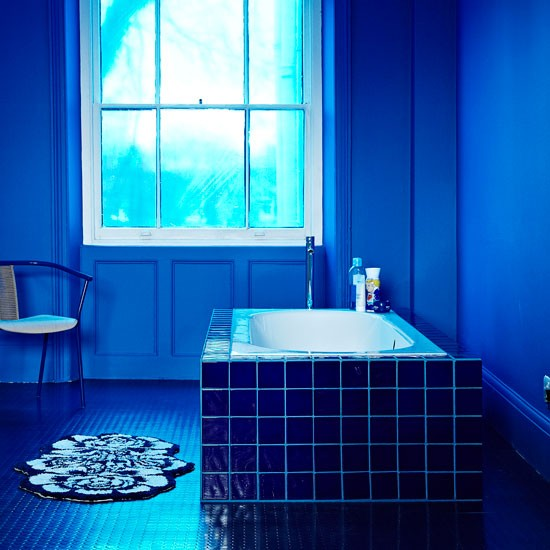 Navy blue bathroom decorating with darker colours for Dark blue bathroom decor