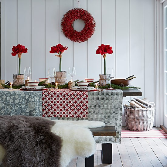 Christmas Decorations For Dining Room Table: Christmas Dining Room With Patterned Table Cloth