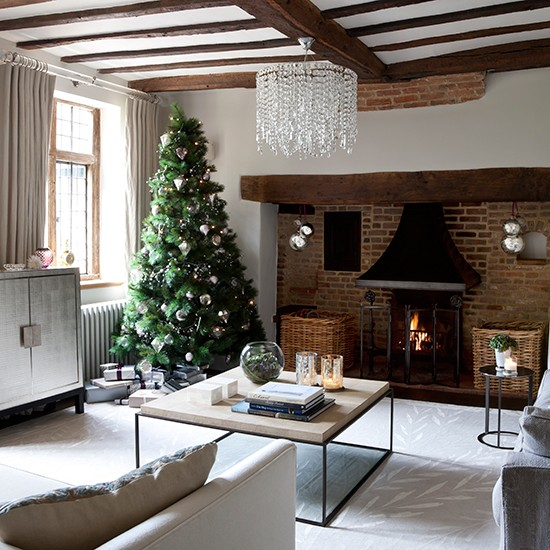 Coordinated pieces contemporary christmas living room for Salones decorados para navidad