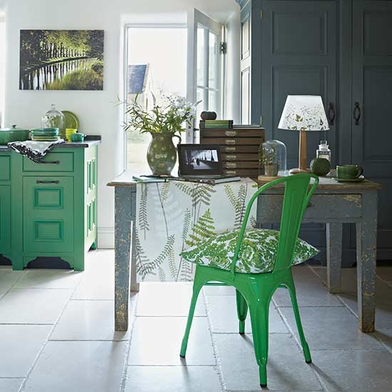 Grass green kitchen decorating with teal and green for Green country kitchen ideas