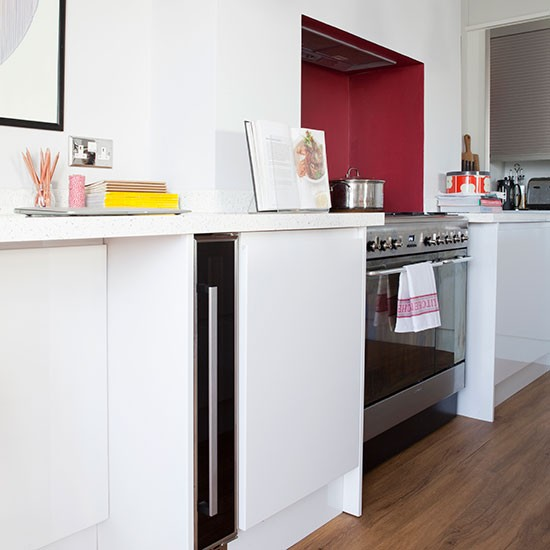 Modern Kitchen Red: White Modern Kitchen With Red Splash Back