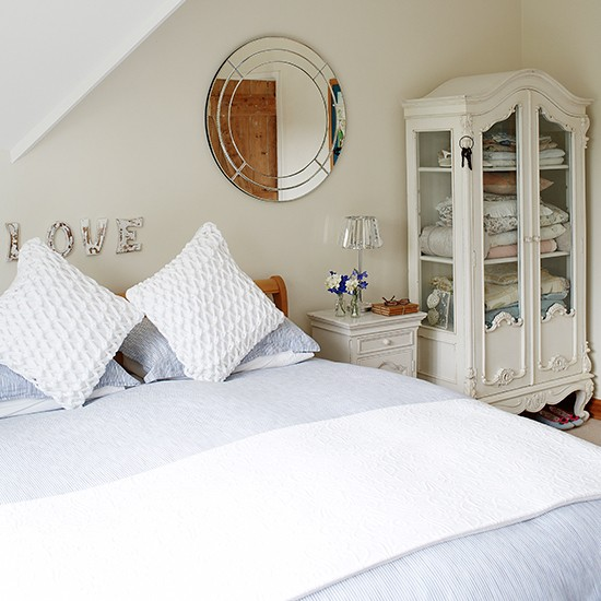 Fresh country bedroom in the eaves decorating for Eaves bedroom ideas