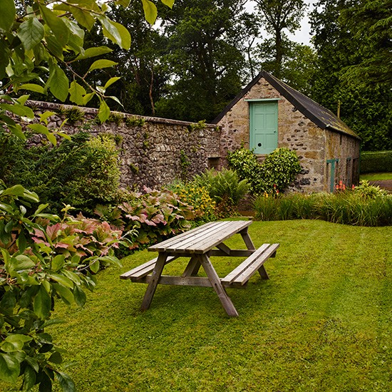 Traditional Garden With Lawn And Picnic Table Design