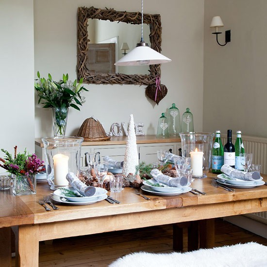 Christmas Decorations For Dining Room Table: Rustic Christmas Dining Room With Beaded Cone Table Decoration