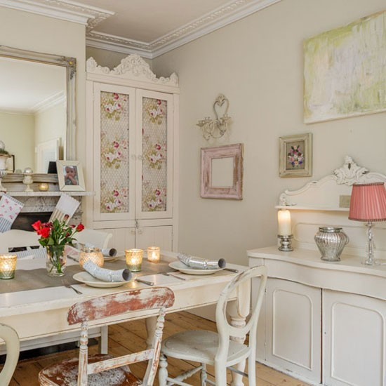 shabby chic christmas dining room with shimmering votives budget christmas table ideas. Black Bedroom Furniture Sets. Home Design Ideas