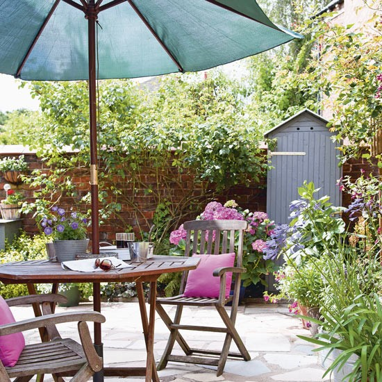 Courtyard garden with shaded dining area for Shaded courtyard garden design ideas