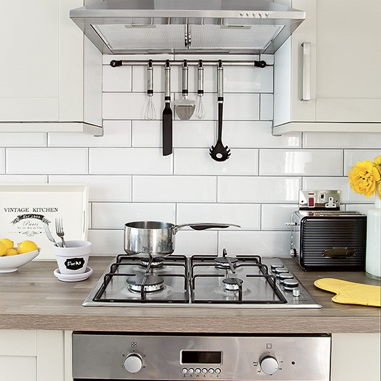 White kitchen with metro tiles and stainless steel cooker for Metro tiles kitchen ideas