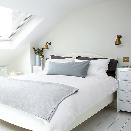 Relaxed bedroom with off white scheme and velux style for Eaves bedroom ideas