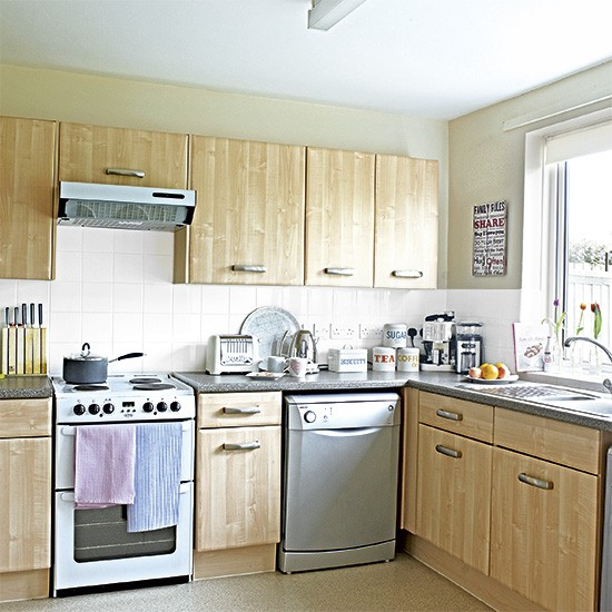 Traditional wood-effect kitchen with freestanding oven ...
