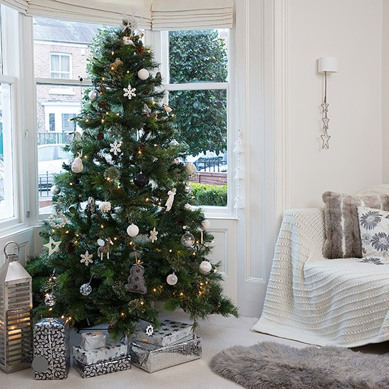 Snow White Living Room With Christmas Tree In Bay