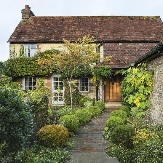 Take a look at this quaint cottage in west sussex for Garden design east sussex