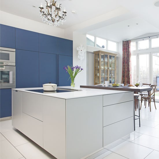 Navy kitchen with contrasting grey island navy kitchen - Cuisine bleu marine ...