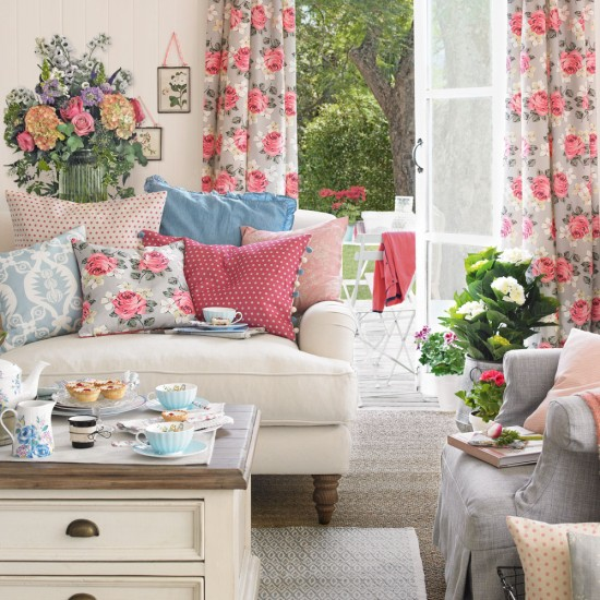 Summer living room with floral curtains and cushions for Salon shabby gris