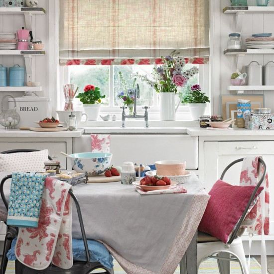 Shabby chic kitchen with floral furnishings housetohome for Deco cuisine shabby