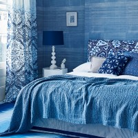 Blue-and-white bedroom with sumptuous linen and texture