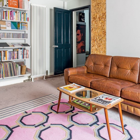 Smart Living Room With Buttoned Leather Sofa And Pink