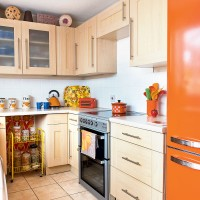 Plain kitchen brightened up with smart colourful accessories